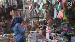 Warga memilih keperluan sekolah yang akan dibelinya di Pasar Asemka, Jakarta, Selasa (7/9/2019). Banyaknya pilihan dan murahnya harga yang ditawarkan menjadikan Pasar Asemka sebagai lokasi favorit warga berbelanja keperluan sekolah . (Liputan6.com/Helmi Fithriansyah)