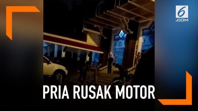 Insiden perusakkan motor oleh diri sendiri kembali terjadi. Kali ini, seorang pria merusak motornya karena tak terima ditegur soal parkir di sebuah masjid.