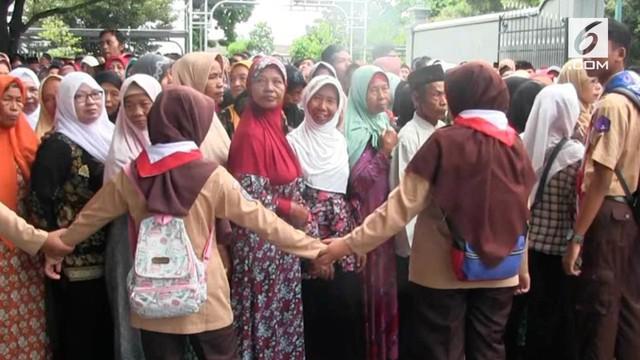 Warga Yogyakarta yang ingin bersalaman dengan Sultan Hamengkubuwono X harus rela mengantre selama 3 jam. Penuhnya warga membuat petugas kewalahan membuat sistem antreaan.