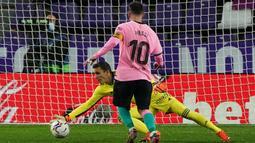Penyerang Barcelona, Lionel Messi, berusaha mencetak gol ke gawang Valladolid pada laga lanjutan Liga Spanyol di Jose Zorrilla Stadium, Rabu (23/12/2020) dini hari WIB. Barcelona menang 3-0 atas Valladolid. (AFP/Cesar Manso)