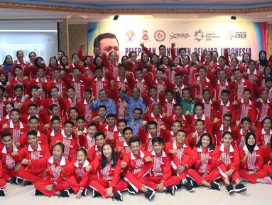 Menpora, Imam Nahrawi (tengah-jaket hijau) bersama kontingen atlet pelajar Indonesia untuk Asian School Games 2018 usai pelepasan di Jakarta, Selasa (17/7). Asian School Games 2018 berlangsung 19-27 Juli di Malaysia. (Liputan6.com/Helmi Fithriansyah)
