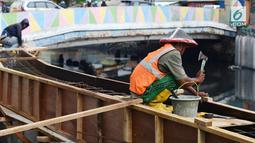 Aktivitas pekerja saat memasang turap atau sheetpile Kali Item, Jakarta, Rabu (2/1). Turap sepanjang 1.900 meter pada sisi kanan dan kiri kali untuk mengantisipasi genangan dan banjir di kawasan tersebut pada musim hujan. (Merdeka.com/Imam Buhori)
