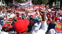 Para buruh menggelar karnaval dan deklarasi saat Perayaan Peringatan Hari Buruh Sedunia, Jakarta, Selasa (1/5). Mereka juga menuntut Jaminan Pensiun, Jaminan Hari Tua dan Jaminan Kematian bagi seluruh Rakyat Pekerja Indonesia. (Liputan6.com/JohanTallo)