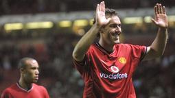 Laurent Blanc tercatat mencetak gol untuk Manchester United di usianya yang sudah menginjak 36 tahun 11 bulan 4 hari. Gol tersebut dilesatkan kala Setan Merah menghadapi Olympiakos di ajang Liga Champions 2002/2003. (AFP/Philippe Huguen)