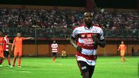 Greg Nwokolo saat uji coba Madura United vs Hougang United di Pamekasan (4/3/2018). (Bola.com/Aditya Wany)