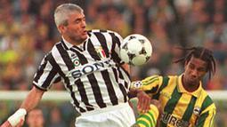 2. Fabrizio Ravanelli – Pria kelahiran Perugia ini adalah pahlawan Juventus saat menjuarai Liga Champions tahun 1996. Lima gelar ia persembahkan untuk Bianconeri mulai dari Scudetto, Liga Champions, Piala UEFA, Coppa hingga Super Italia. (AFP/Valery Hache)