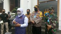 Forkopimda Jawa Timur (Jatim) melepas 77 orang dalam risiko (ODR) untuk menjalani karantina selama 14 hari di BPSDM Pemprov Jatim. (Foto: Istimewa)