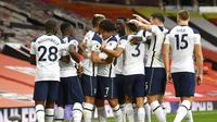 Para pemain Tottenham Hotspur merayakan gol yang dicetak Harry Kane ke gawang Manchester United dalam lanjutan Liga Inggris 2020/2021. (Oli Scarff/Pool via AP)