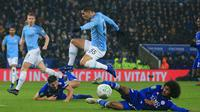 Gelandang Manchester City, Brahim Diaz, menghindari tekel gelandang Leicester, Hamza Choudhury, pada laga Piala Liga di Stadion King Power, Leicester, Selasa (18/12). Leicester kalah adu penalti dari City. (AFP/Lindsey Parnaby)