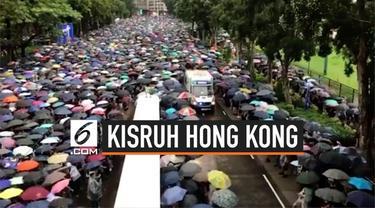 Ratusan ribu warga Hong Kong kembali menggelar demonstrasi di kawasan Victoria Park. Lautan massa sempat terbelah karena ada sebuah mobil ambulans yang mau lewat.