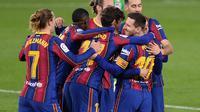 Para pemain Barcelona merayakan gol yang mereka ciptakan ke gawang Real Betis dalam laga jornada 22 La Liga Spanyol, Senin (8/2/2021) dini hari WIB. Barcelona menang 3-2 di markas Real Betis. (CRISTINA QUICLER / AFP)