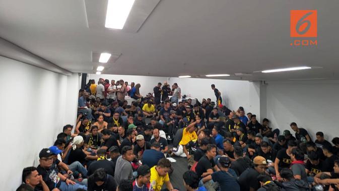 Suporter Timnas Malaysia terkurung di dalam Stadion Utama Gelora Bung Karno, untuk menghindari serangan dari suporter Timnas Indonesia, Kamis (5/9/2019). (Bola.com/Muhammad Adiyaksa)