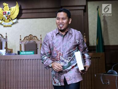 Terdakwa suap Dana Otonomi Khusus Aceh (DOKA) Bupati Bener Meriah nonaktif, Ahmadi usai menjalani sidang pembacaan tuntutan di Pengadilan Tipikor, Jakarta, Kamis (22/11). Ahmadi dituntut hukuman empat tahun penjara. (Liputan6.com/Helmi Fithriansyah)