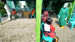 Warga yang pernah berhubungan dengan pasien positif COVID-19 menunggu untuk melakukan kegiatan testing PCR di Puskesmas Cinere, Depok, Jawa Barat, Kamis (10/6/2021). Testing setelah tracing dilakukan kepada puluhan warga untuk meminimalisir penyebaran COVID-19. (merdeka.com/Arie Basuki)