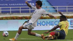 Penyerang Kolombia, Duvan Zapata berebut bola dengan bek Uruguay, Jose Gimenez dalam laga Kualifikasi Piala Dunia 2022 zona Amerika Selatan di stadion Metropolitano, Barranquilla, Jumat (13/11/2020). Uruguay mengalahkan  Kolombia 3-0. (AP Photo/Fernando Vergara)