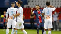 Duel Paris Saint-Germain kontra Marseille pada laga pekan ketiga Ligue 1, Senin (14/9/2020) dini hari WIB, berlangsung panas. Wasit Jerome Brisard mengeluarkan lima kartu merah, termasuk untuk Neymar. (AP Photo/Michel Euler)