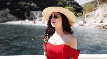 Kacamata hitam merupakan salah satu fashion item favorit bagi wanita kelahiran 29 Juni 1994 ini. Setiap pergi ke tempat yang terik, kacamata hitam selalu ia bawa untuk menghalau panas. (Liputan6.com/IG/nikitawillyofficial94)