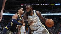 LeBron James mencoba untuk menghindar dari hadangan pemain Nuggets  (AP Photo/David Zalubowski)