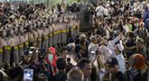 Peserta aksi massa Gerakan Nasional Kedaulatan Rakyat membuat barikade jelang membubarkan diri usai unjuk rasa di depan Gedung Bawaslu, Jakarta, Selasa (21/5/2019). Mereka meminta Bawaslu memeriksa hasil suara Pemilu 2019 yang dinilai banyak kecurangan. (Liputan6.com/Helmi Fithriansyah)
