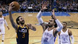Pebasket Oklahoma City Thunder, Steven Adams, menghadang pebasket Utah Jazz, Ricky Rubio, pada laga NBA di Chesapeake Energy Arena, Rabu (6/12/2017). Thunder menang 100-94 atas Jazz. (AP/Sue Ogrocki)