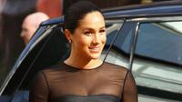 Duchess of Sussex Meghan Markle tersenyum saat tiba menghadiri pemutaran film The Lion King di London (14/7/2019). Kehadiran Pangeran Harry dan Meghan Markle menjadi kejutan, mengingat ini kali pertama keduanya muncul di red carpet selebriti setelah menikah pada Mei 2018 lalu. (AP Photo/Joel C Ryan)