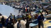 Sejumlah nelayan Palestina bekerja di pelabuhan di Gaza City (26/5/2020). Menurut data statistik resmi Palestina, ada sekitar 3.800 nelayan yang bekerja menggunakan 700 lebih perahu, sementara ada sekitar 70.000 orang yang mencari nafkah dengan menangkap atau menjual ikan. (Xinhua/Rizek Abdeljawad)
