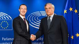 Presiden Parlemen Eropa Antonio Tajani (kanan) menyambut CEO Facebook Mark Zuckerberg di Brussel, Belgia, Selasa (22/5). Zuckerberg menemui Parlemen Eropa untuk mendiskusikan isu penjualan data ke Cambridge Analytica. (AP Photo/Geert Vanden Wijngaert)