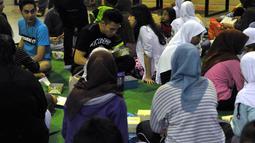 Sejumlah pemain sinetron Diam Diam Suka dan anak yatim tampak membaur pada acara buka bersama dengan anak yatim di kawasan Bekasi, Jawa Barat, (12/7/14) (Liputan6.com/ Panji Diksana)