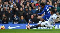 Winger Chelsea Willian melepas tembakan sebelum ditekel bek Everton Yerry Mina pada laga Liga Inggris di Stamford Bridge, Minggu (11/11/2018). (AFP/Olly Greenwood)