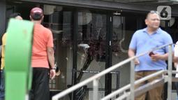 Kondisi kaca salah satu kios AEON Mall Jakarta Garden City yang dirusak warga di Cakung, Jakarta Timur, Selasa (25/2/2020). Sekelompok warga menyerang fasilitas fisik AEON Mall Jakarta Garden City karena dituding sebagai penyebab permukiman mereka dilanda banjir. (merdeka.com/Iqbal S Nugroho)