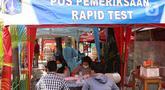 Petugas mendata penumpang bus AKAP yang baru tiba sebelum melakukan tes cepat antigen COVID-19 di terminal Kalideres, Jakarta Barat, Senin (17/5/2021). Menyambut arus balik mudik Lebaran, Terminal Kalideres mendirikan posko tes antigen bagi penumpang. (Liputan6.com/Angga Yuniar)