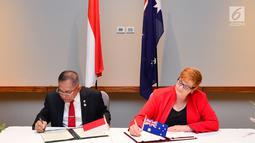 Menteri Pertahanan RI Ryamizard Ryacudu (kiri), Menteri Pertahanan Australia Marise Payne saat menandatangani perpanjangan perjanjian kerja sama Indonesia-Australia di Perth, Australia, Kamis (1/2). (Liputan6.com/Pool/Kemenhan)