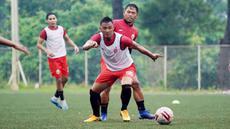 Pemain Persija Jakarta, Maman Abdurahman, berebut bola dengan Tony Sucipto, saat mengikuti latihan perdana di Lapangan National Youth Training Centre (NYTC), Depok, Senin (1/3/2021). Sebanyak 23 pemain mengikuti latihan untuk persiapan Piala Menpora 2021. (Dokumentasi Persija)