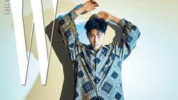 Kwon Hyun Bin juga pernah gunakan batik saat menjadi cover majalah. Ia menghiasi cover majalah tersebut dengan batik lengan panjang dengan paduan celana hitam dan sepatu coklat. (Liputan6.com/IG/@komurola)