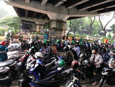 FOTO: Jakarta Diguyur Hujan, Kolong Flyover Jadi Tempat Berteduh