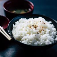 Menanak nasi pulen/copyright: unsplash/vitchakorn koonyosying