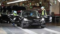 Para karyawan bekerja di Gigafactory Tesla di Shanghai, China timur, pada 20 November 2020. (Xinhua/Ding Ting)