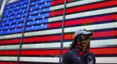 Seorang pejalan kaki berjalan di Times Square, New York, Amerika Serikat, Minggu (9/8/2020). Menurut Center for Systems Science and Engineering (CSSE) di Universitas Johns Hopkins, jumlah kasus COVID-19 di Amerika Serikat melampaui angka 5 juta pada Minggu (9/8). (Xinhua/Wang Ying)