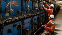 Petugas Perusahan Gas Negara (PGN) mengecek instalasi gas pada mesin keramik di PT Ubin Keramik Kemenangan Jaya Klapanunggal, Bogor, Jawa Barat, Senin (10/12). Pabrik tersebut menggunakan bahan baku dari PGN. (Liputan6.com/Immanuel Antonius)