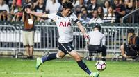 Gelandang Tottenham Hotspur, Son Heung-Min, melepaskan tendangan saat pertandingan melawan Kitchee FC di Stadion Hong Kong, (26/5/2017) (AFP/Isaac Lawrence)