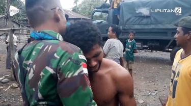 Tangis haru mengiringi perpisahan prajurit TNI dengan warga perbatasan.