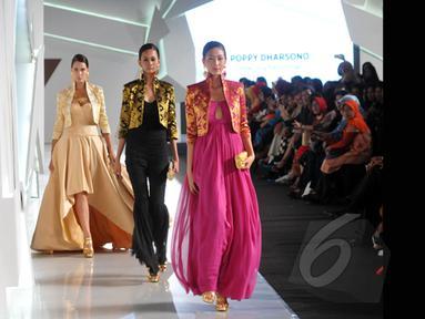 Sejumlah model memperagakan busana rancangan Poppy Dharsono pada ajang Indonesia Fashion Week 2015 di JCC Senayan, Jakarta, Kamis (26/2). (Liputan6.com/Panji Diksana)