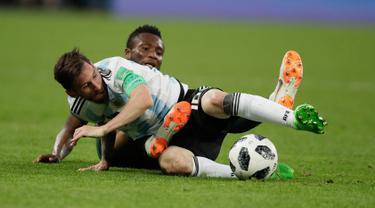Kapten timnas Argentina, Lionel Messi berebut bola dengan pemain Nigeria, John Obi Mikel pada matchday terakhir Grup D Piala Dunia 2018 di Stadion St. Petersburg, Selasa (26/6). Argentina meraih tiket ke 16 besar setelah menang 2-1. (AP/Dmitri Lovetsky)