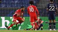 Penyerang Bayern Munchen, Kamerun Eric Maxim Choupo-Moting (kiri) melakukan selebrasi usai mencetak gol ke gawang PSG pada pertandingan leg kedua perempat final Liga Champions di Parc des Princes stadium, Paris, Selasa (14/4/2021). PSG menang agregat atas Munchen 3-3. (AFP/Franck Fife)