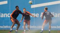 Pemain Barcelona, Yerry Mina, Lucas Digne dan  Ivan Rakitic, saat latihan jelang laga El Clasico di Joan Gamper, Barcelona, Sabtu, (5/5/2018). Barcelona akan berhadapan dengan Real Madrid. (AFP/Josep Lago)
