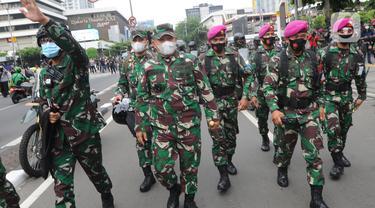 Pendekatan Humanis Marinir TNI AL Halau Massa Pendemo