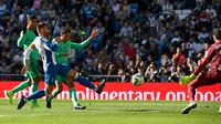 Pemain Real Madrid Raphael Varane menendang bola ke gawang Espanyol pada La Liga di Stadion Santiago Bernabeu, Madrid, Spanyol, Sabtu (7/12/2019). (PIERRE-PHILIPPE MARCOU/AFP)
