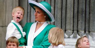 Pangeran Harry mengejutkan Puteri Dana saat menjulurkan lidahnya di balkon Buckingham Palace. (Tim Graham/Getty Images/People)
