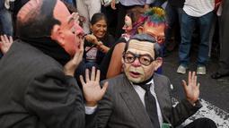 Warga menggelar aksi teatrikal memprotes pencalonan presiden Peru, Keiko Fujimori (5/4). Keiko Fujimori adalah putri mantan presiden Peru era 1990-an yang saat ini mendekam dalam penjara karena kasus pembunuhan dan korupsi. (REUTERS/Guadalupe Pardo)
