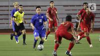 Striker Thailand Supachok Sarachat menggiring bola saat melawan Timnas Indonesia U-22 pada laga SEA Games 2019 di Stadion Rizal Memorial, Manila, Filipina, Selasa (26/11/2019). Indonesia menang 2-0 atas Thailand. (Bola.com/M Iqbal Ichsan)